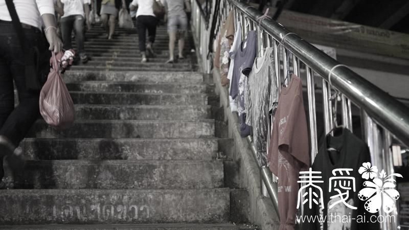 以往是熱鬧到連天橋扶手都用來售賣衣服(攝於2010年)