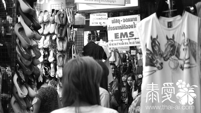 街中的店鋪與路邊的攤檔彷似連結一起似的